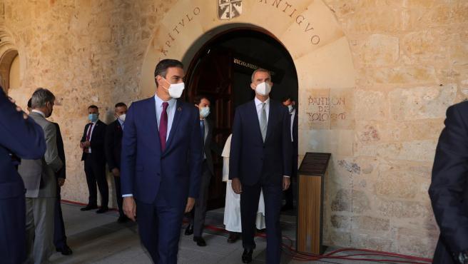 El rey Felipe junto al presidente del Gobierno, Pedro Sánchez antes de asistir a la XXIV Conferencia de Presidentes.