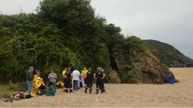 Los cuatro tripulantes de un pesquero hundido en Llanes resultan ilesos y salen nadando del agua