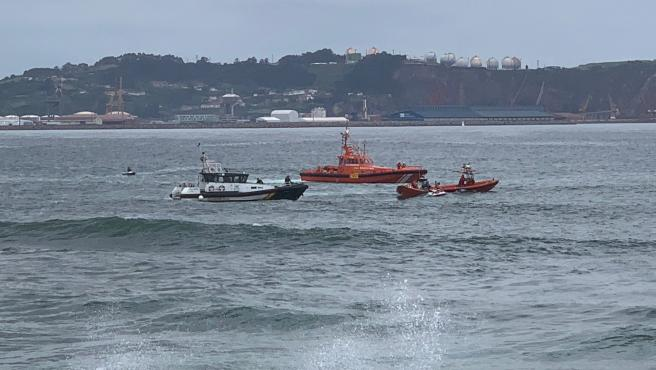 Sucesos.- Un fallecido tras el vuelco de una embarcación en la zona del Rinconín, en Gijón