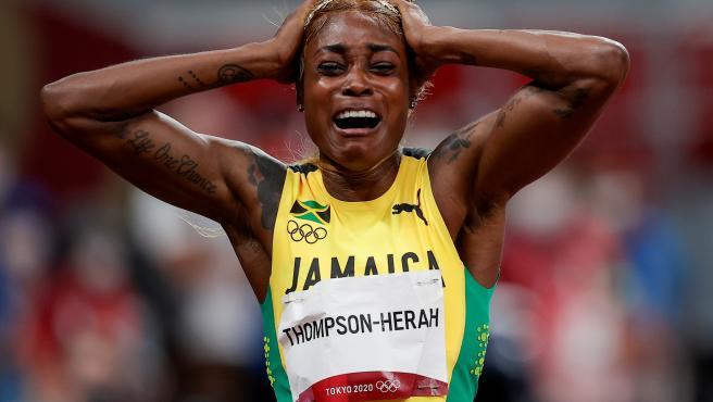 Elaine Thompson celebra su victoria en los 100 metros lisos en Tokio 2020
