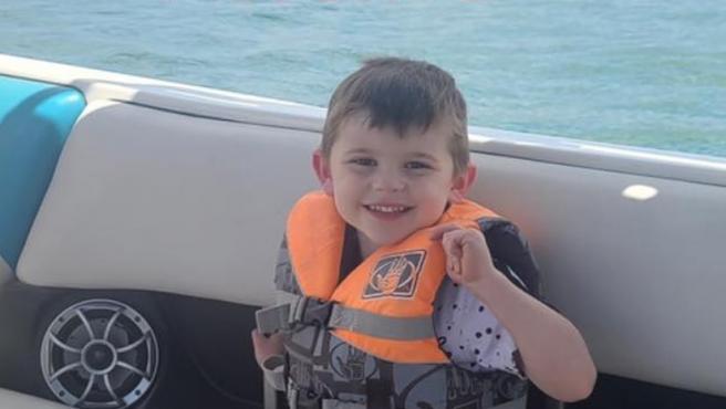 Kache Wallis, el niño que murió asfixiado al quedar atrapado en su baúl de los juguetes.