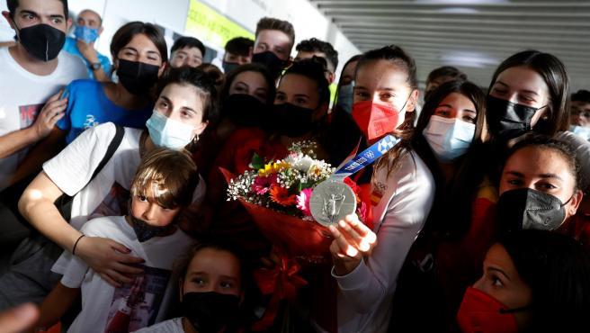 Adriana Cerezo posa con su medalla de plata a su regreso a España.