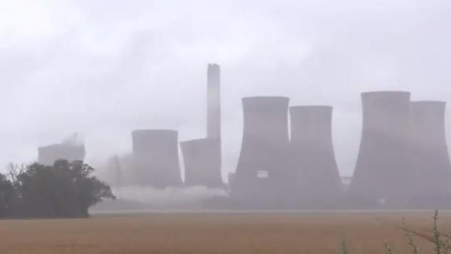 Demolición de cuatro chimeneas en Reino Unido.