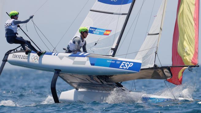 Tara Pacheco y Florian Trittel compiten durante el nacra 17 en los Juegos Olímpicos 2020