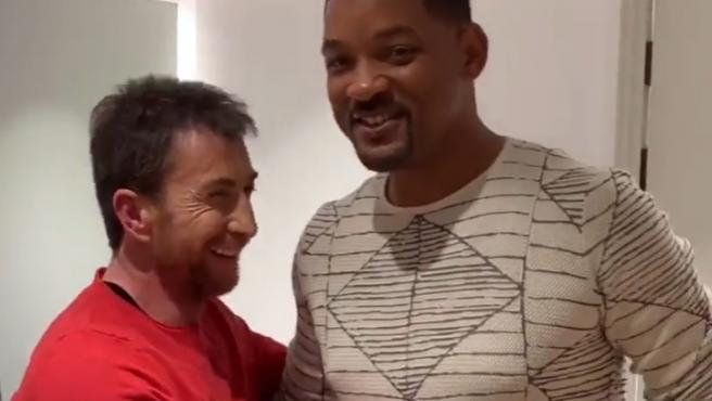 Pablo Motos y Will Smith se abrazan en un camerino durante una de sus últimas visitas a 'El Hormiguero'.