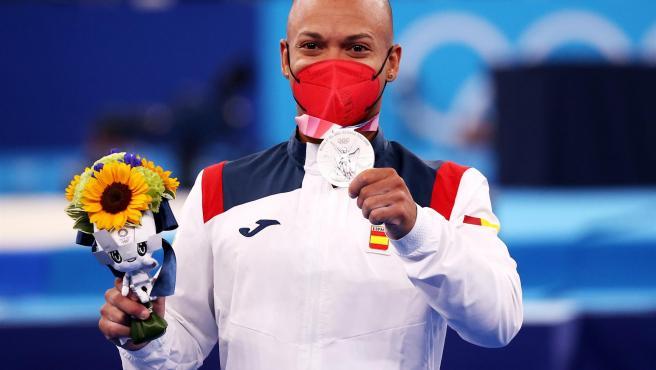 Ray Zapata, en el podio de los Juegos de Tokio con su medalla de plata.