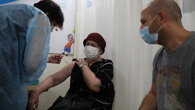 Una anciana recibe la tercera dosis de la vacuna contra el coronavirus.