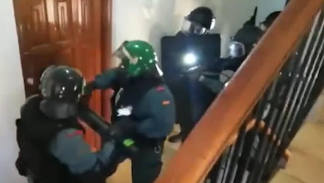 Tres personas han sido detenidas por la Guardia Civil después de secuestrar durante tres días y llegar a torturar a un camarero que trabajaba para ellos en la ciudad de Marbella.