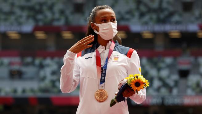 Ana Peleteiro, en el podio de Tokio 2020 con su bronce en triple salto.