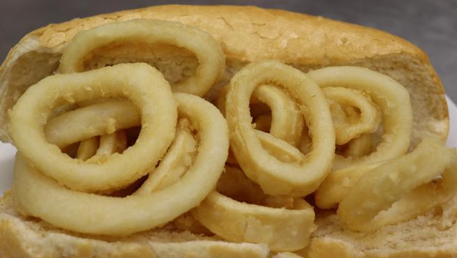 Uno de los platos típicos en España, tanto para los nacionales como turistas internacionales, es el famoso bocadillos de calamares.