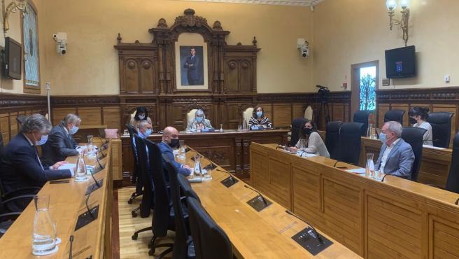 """El Pleno, salvo Vox, muestra su apoyo a las jóvenes que denunciaron ser """"brutalmente agredidas y violadas"""""""