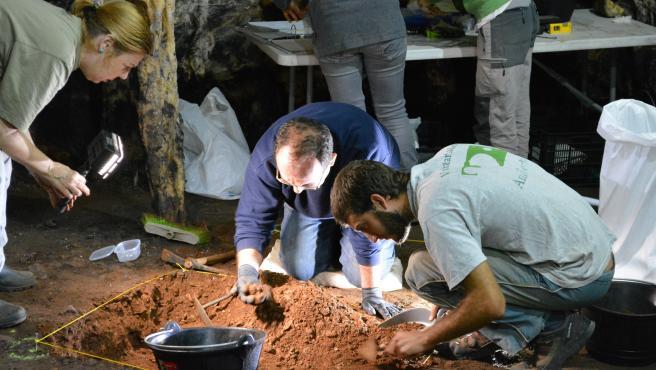 Investigadores de UCA prueban que las marcas rojas en la Cueva de Ardales son de neandertales de hace 65.000 años