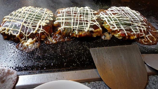 Tres okonomiyakis japoneses recién hechos.
