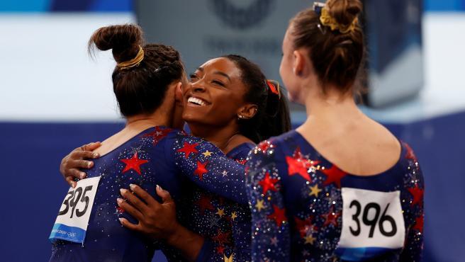 Simone Biles, felicitada por sus compañeras de Estados Unidos