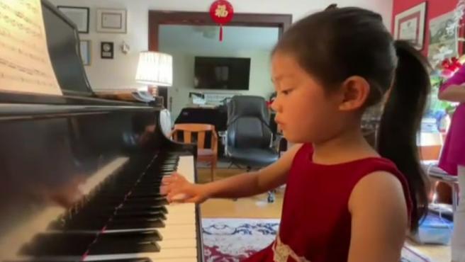 Con cuatro años, Brigitte Xie tiene un don para tocar el piano. Tanto es así que se ha convertido en la ganadora más joven de la prestigiosa Competición Internacional de Elite Musical, que le permitirá tocar en el Carnegie Hall de Nueva York en noviembre de 2022.