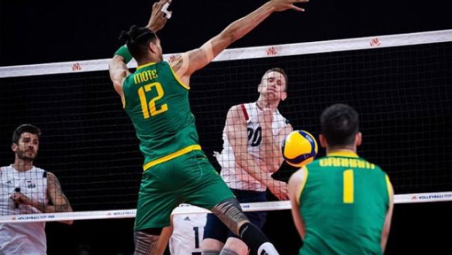 David Smith disputa un encuentro con la selección americana de voleibol