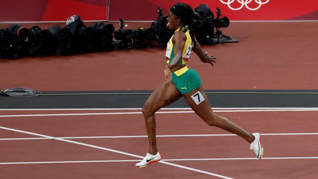 Elaine Thompson, ganando la prueba de 200 metros de los Juegos Olímpicos de Tokio
