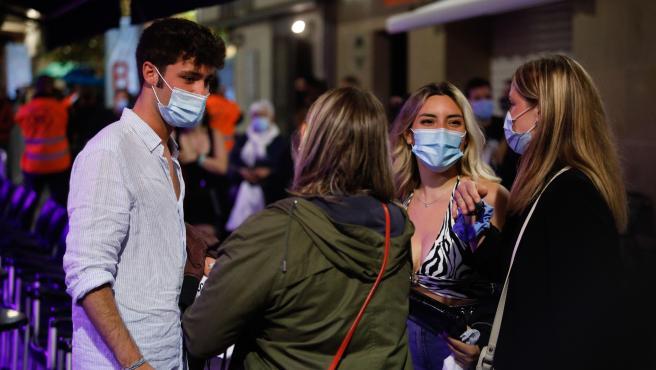 Algunas personas en la calle Primer de Maig, donde se realiza un ensayo clínico sobre coronavirus, a 20 de mayo de 2021, en Barcelona, Catalunya (España). El sector del ocio nocturno del municipio y el Govern han organizado un ensayo clínico del que se prevé que formen parte alrededor de 400 personas con mascarilla y sin distancia social en cinco bares musicales. El estudio se realiza entre las 23 y las 3 horas en un espacio perimetrado de la calle Primer de Maig --conocida como la calle del Pecado-- y todos los asistentes han debido someterse previamente a un test de antígenos rápido (TAR) tres horas antes del ensayo y se someterán a otro TAR cinco días después. Kike Rincón / Europa Press   (Foto de ARCHIVO) 20/5/2021