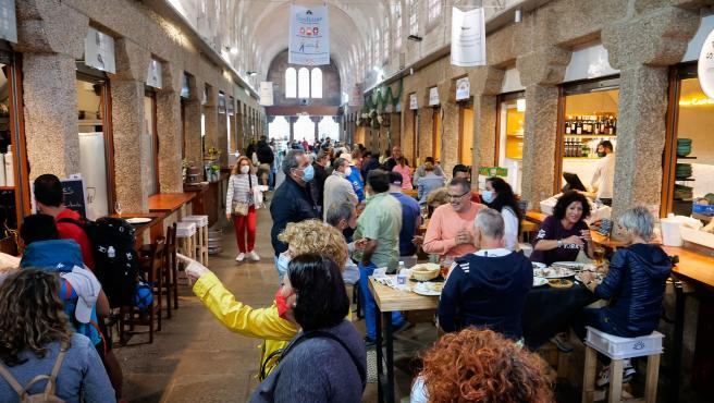 Gente comiendo en la Nave cinco de la Plaza de Abastos De Santiago de Compostela