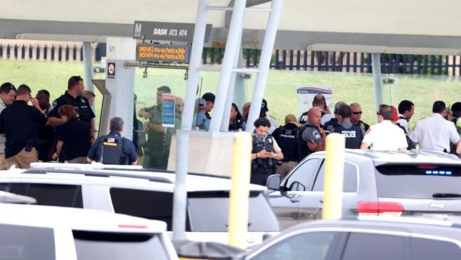 La policía y los funcionarios trabajan en la escena de un tiroteo en la estación de autobuses del metro fuera del Pentágono en Arlington, Virginia, Estados Unidos, 03 de agosto 2021.