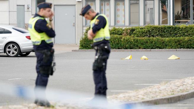 Policías en Kristianstad, Suecia, tras el tiroteo de este martes.