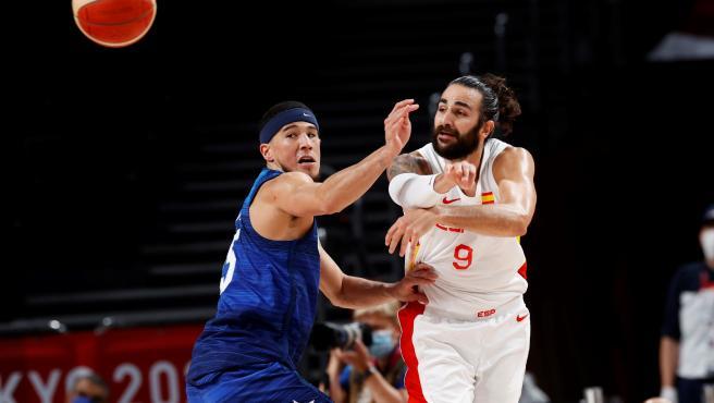 Ricky Rubio y Devin Booker, durante el España - Estados Unidos de los Juegos Olímpicos