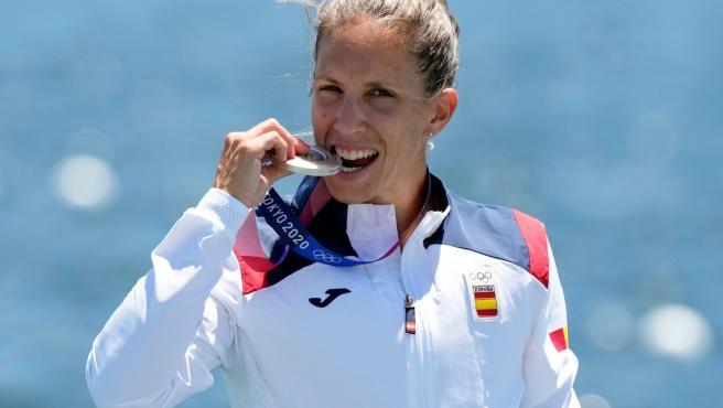 Teresa Portela con su medalla de plata en piragüismo en Tokio 2020.