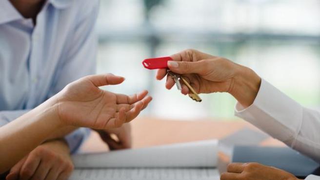 Un propietario entrega las llaves de una vivienda.