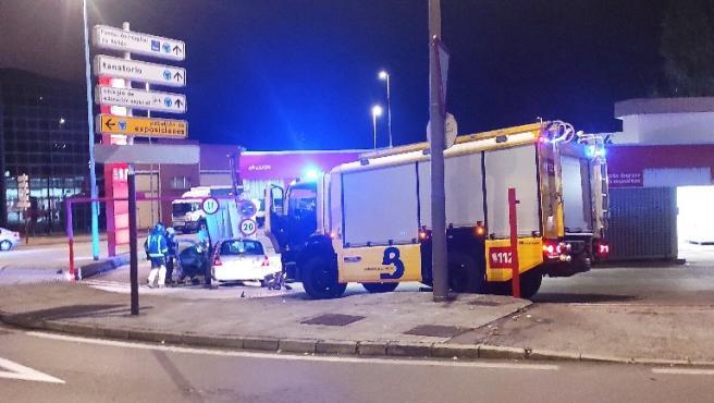 Una conductora, que dio positivo en alcoholemia, choca contra el túnel de lavado de Los canapés (Avilés)