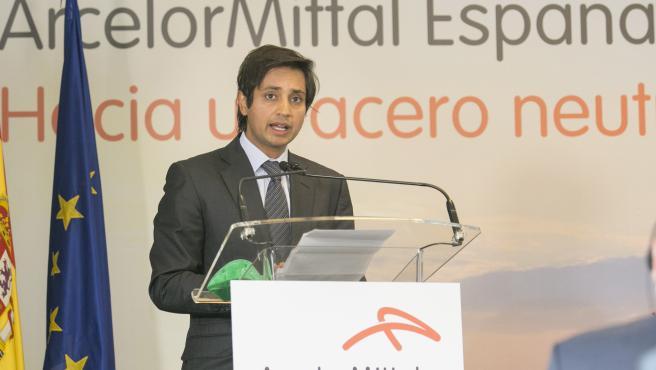 Aditya Mittal, consejero delegado de ArcelorMittal. El presidente del Gobierno, Pedro Sánchez, asiste en la factoría de ArcelorMittal en Gijón a la firma del acuerdo para la fabricación de acero con tecnologías sost