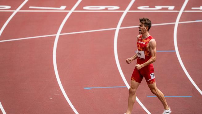 Adrian Ben celebra su buena actuación en los 800m de los Juegos de Tokio.