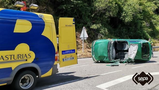 Dos heridos leves tras volcar el turismo en el que viajaban en Belmonte de Miranda