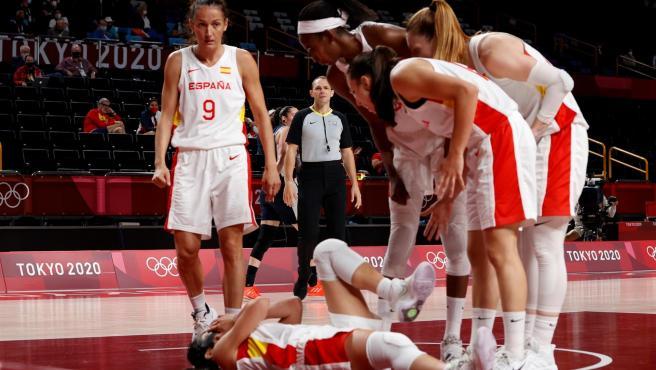 Las jugadoras de las selección de baloncesto hacen piña alrededor de Cristina Ouviña.
