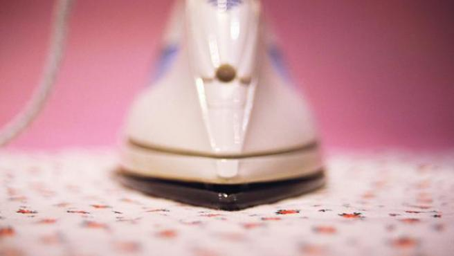 Imagen frontal de una plancha de la ropa.
