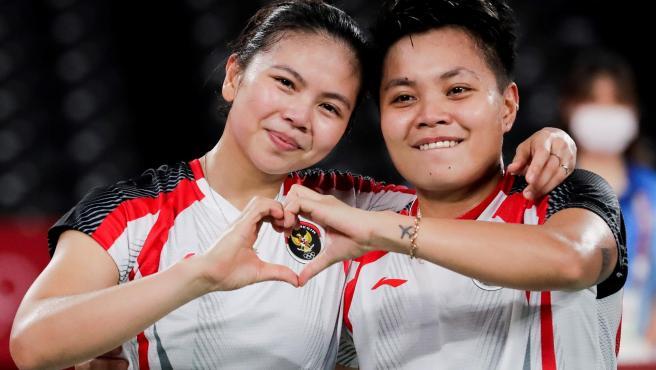 Las indonesias Apriyani Rahayu (R) and Greysia Polii (L) celebran la medalla de oro