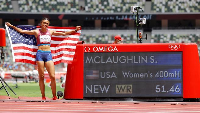 Sydney McLaughlin posa con su récord del mundo