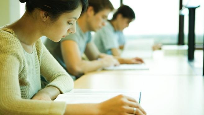 Un grupo de alumnos estudiando en la universidad.