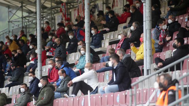 Varios aficionados, en las gradas del estadio Ángel Carro, durante un partido de Segunda División entre el Club Deportivo Lugo y el Mirandés, a 15 de mayo de 2021, en Lugo, Galicia (España).