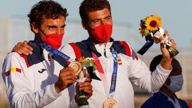 Xammar y Rodríguez, con su medalla de bronce en el podio de los Juegos de Tokio.