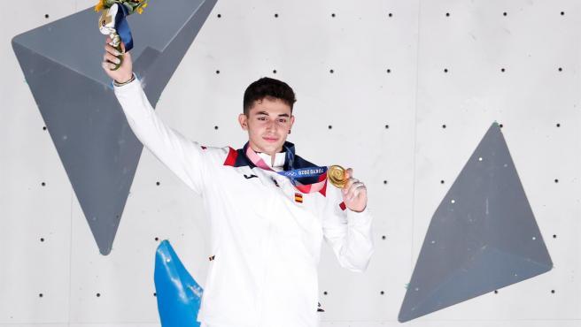 Alberto Ginés posa con su medalla de oro.
