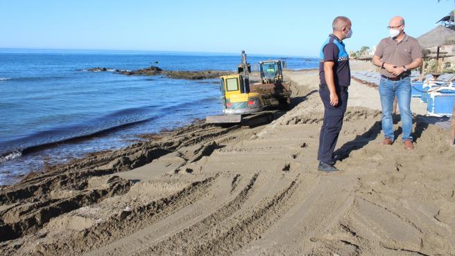 El Ayuntamiento de Mijas destina 80.000 euros en dos meses para retirar algas invasoras de las playas