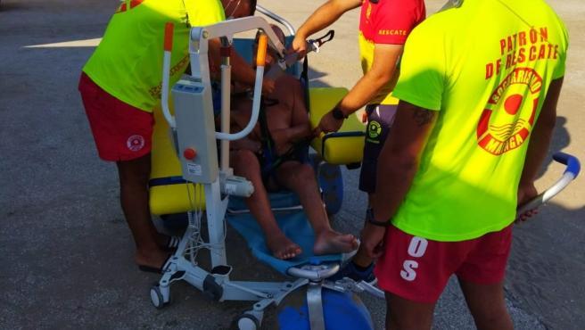 El servicio de baño adaptado de Marbella incorpora una grúa que aporta más seguridad para movilizar a usuarios