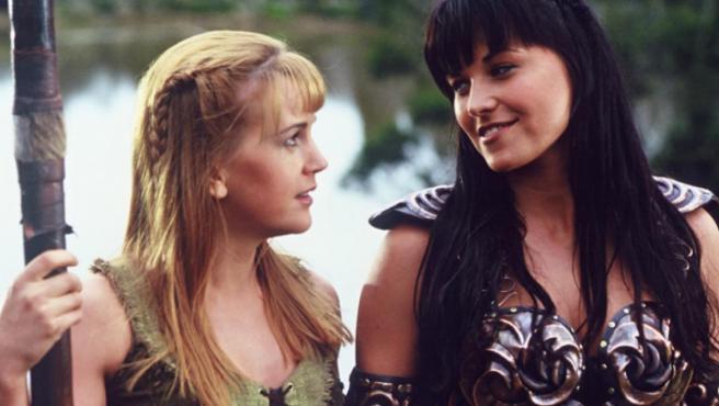 Gabrielle (Renee O'Connor) y Xena (Lucy Lawless) en 'Xena, la princesa guerrera'.