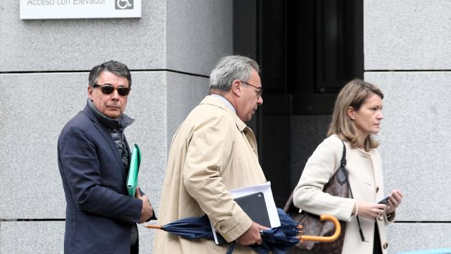 (I-D) El expresidente madrileño Ignacio González y su abogado Esteban Maestre salen de la Audiencia Nacional tras testificar el primero en relación a la presunta financiación ilegal del PP en el caso Púnica, en Madrid (España), a 17 de octubre de 2019.