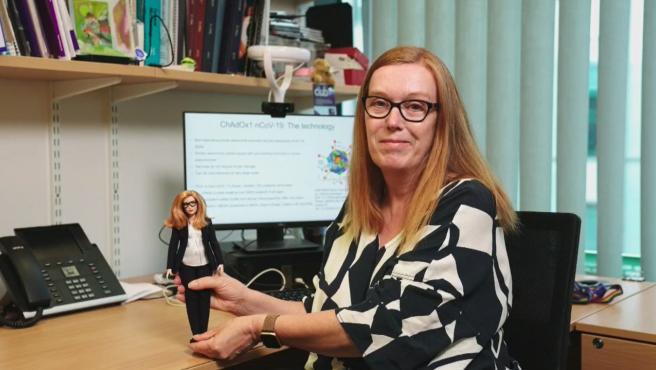 La investigadora británica Sarah Gilbert y la muñeca Barbie en su honor.