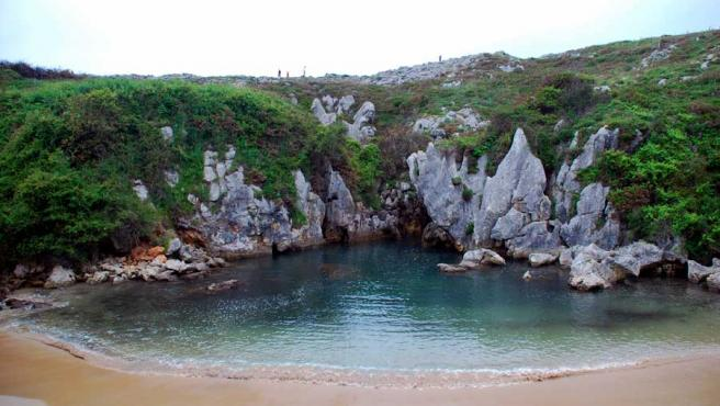 Playa de Gulpiyuri, en Asturias