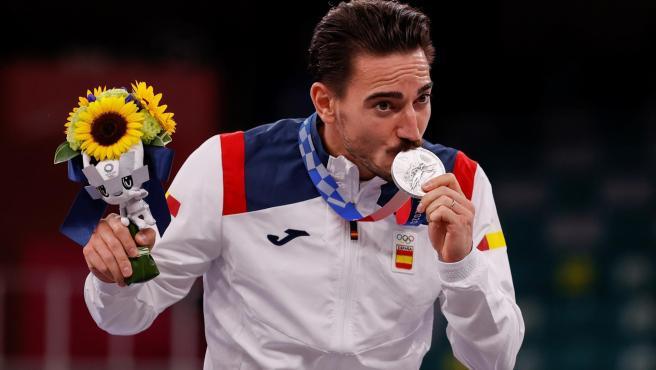 Damián Quintero posa con la medalla de plata lograda en los Juegos de Tokio.