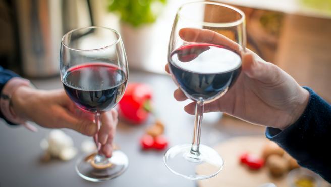 Dos personas tomando una copa de vino.