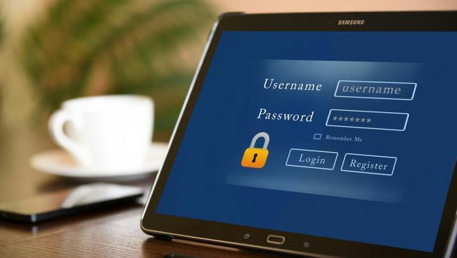Pantalla de una tablet donde se pide un usuario y contraseña.