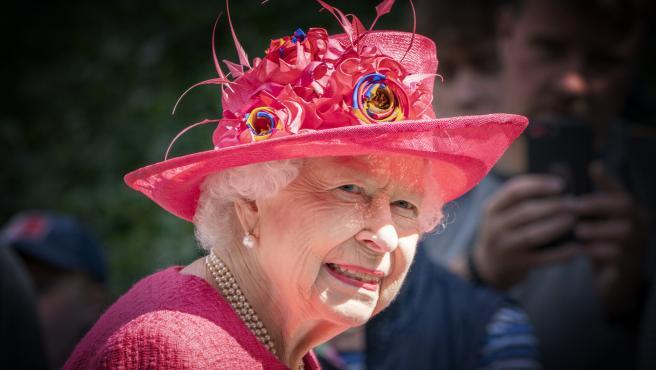 La reina Isabel II ha lucido un sombrero rosa, a juego con el traje, durante la inspección de la Compañía Balaklava de Escocia a las puertas de Balmoral, mientras toma su residencia de verano en el castillo.